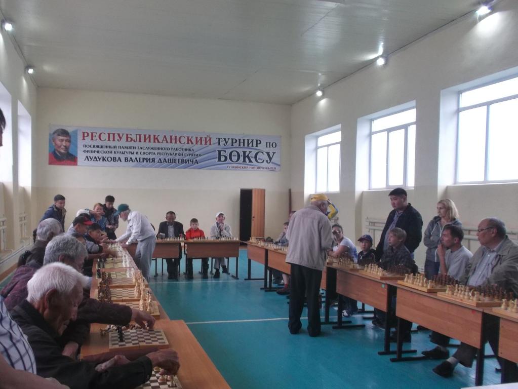 Команды готовятся к сеансу одновременной игры с гроссмейстером