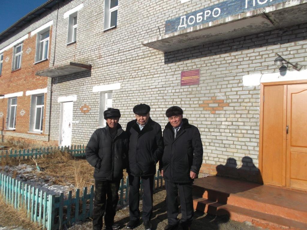А.Л. Ангархаев с одноклассниками-галбайцами